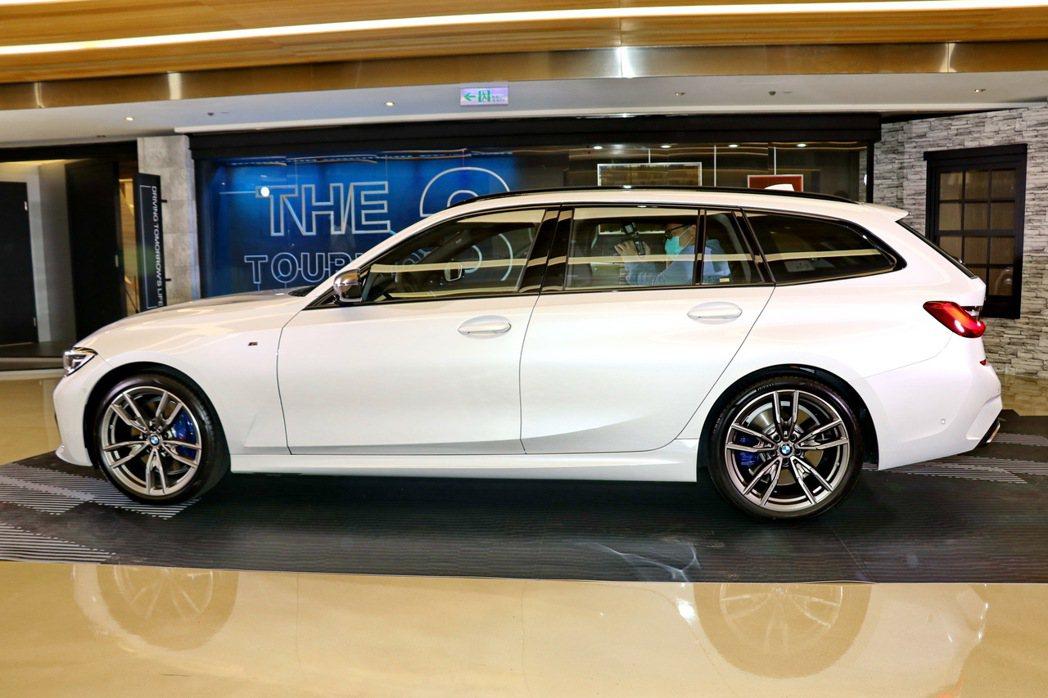 短前懸與長軸距的設計手法,讓全新世代BMW 3系列Touring擁有完美的車身比...