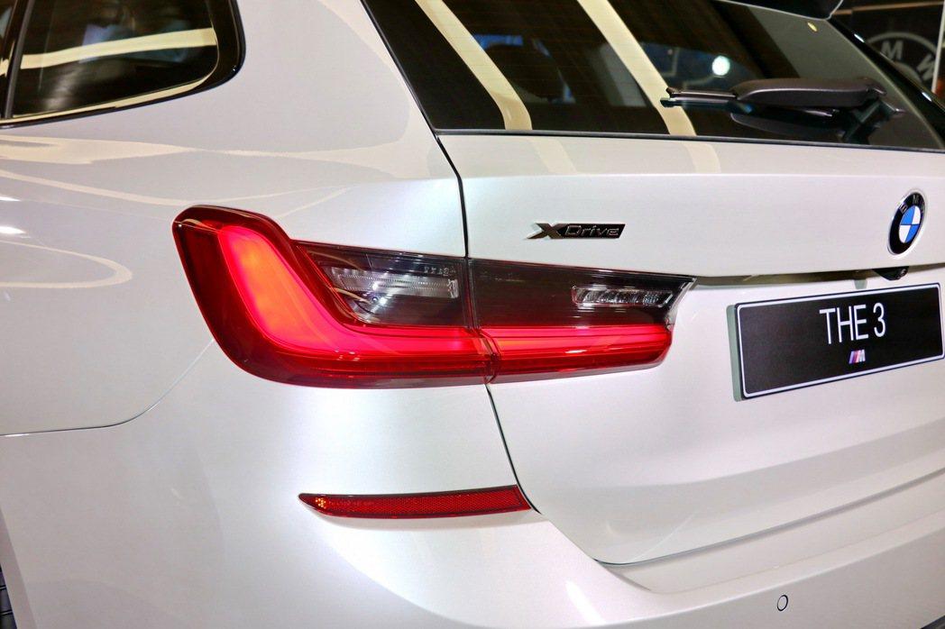 車尾的L型3D立體LED尾燈,搭配上半部燻黑設計的車燈造型,整體視覺感受更加個性...