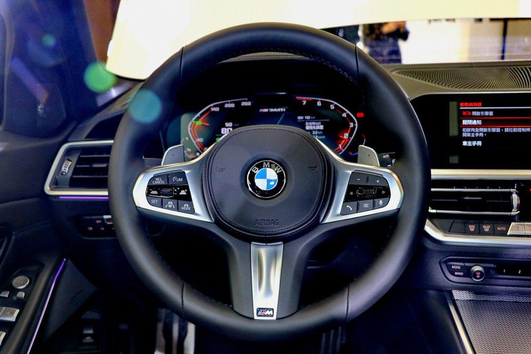 手感優異的全新M款多功能真皮方向盤。 記者陳威任/攝影