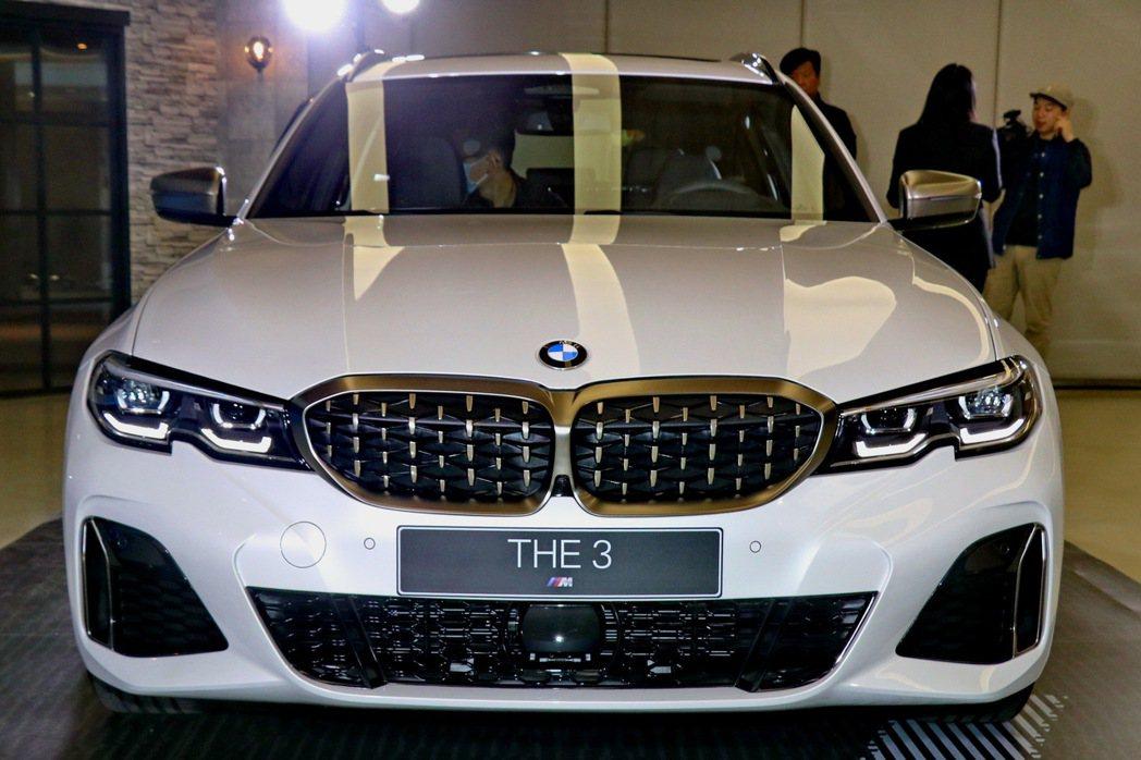BMW M340i xDrive Touring的雙腎形水箱護罩造型略有不同。 ...