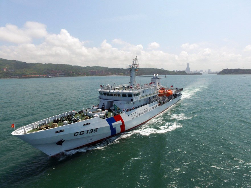 黑鷹直升機性能強,起飛重量也高,像屏東艦這樣1,000噸級的艦艇根本無福消受。 圖/取自海巡署
