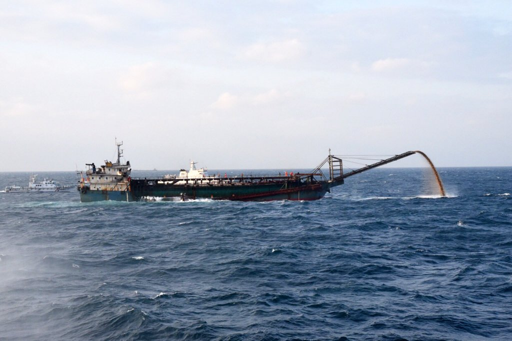 2019年10月,海巡署會同澎湖縣府查緝違法抽砂,當場查獲中國籍「豐溢9969」抽砂船。 圖/澎湖縣政府提供