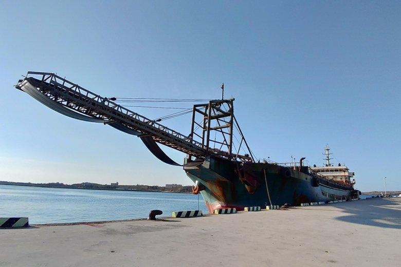泊靠在馬公港的「豐溢9969號」,用掉了夏季客輪的船席。 圖/作者自攝