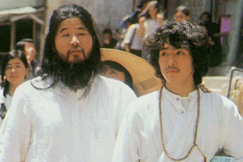 奧姆真理教教主麻原彰晃(左)及教徒井上嘉浩。 圖/美聯社