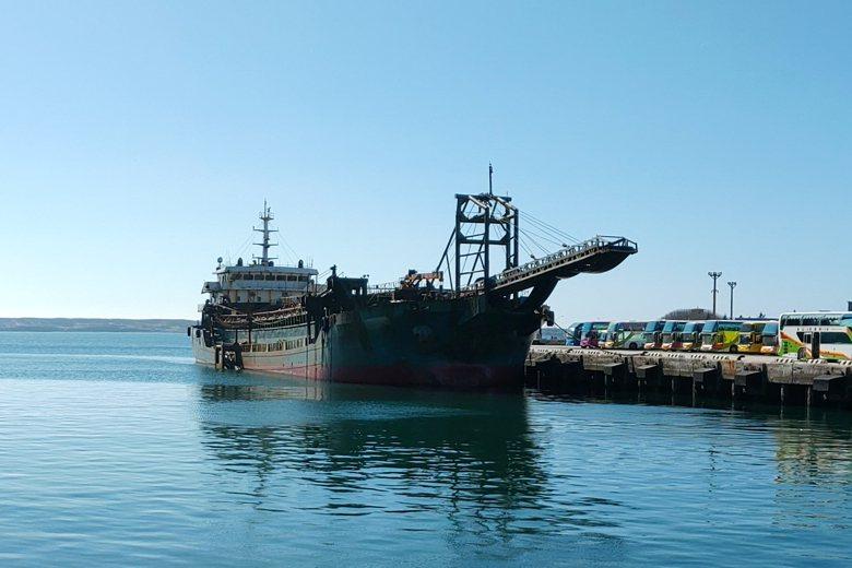 遭扣的中國籍抽砂船「豐溢9969號」。 圖/作者自攝