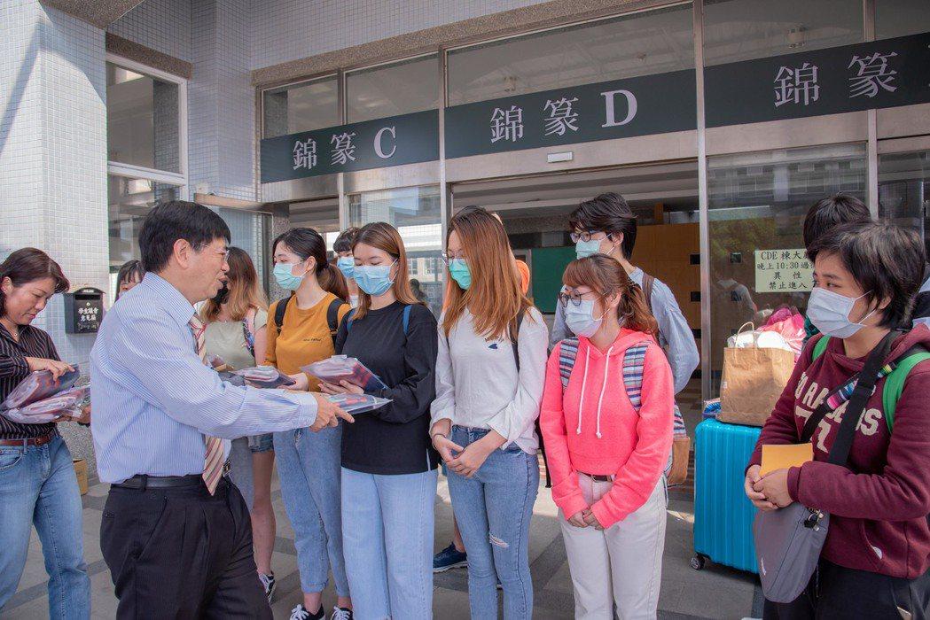 校長楊朝成贈送平安鹽御守給完成居家檢疫的港澳學生。 嘉藥/提供