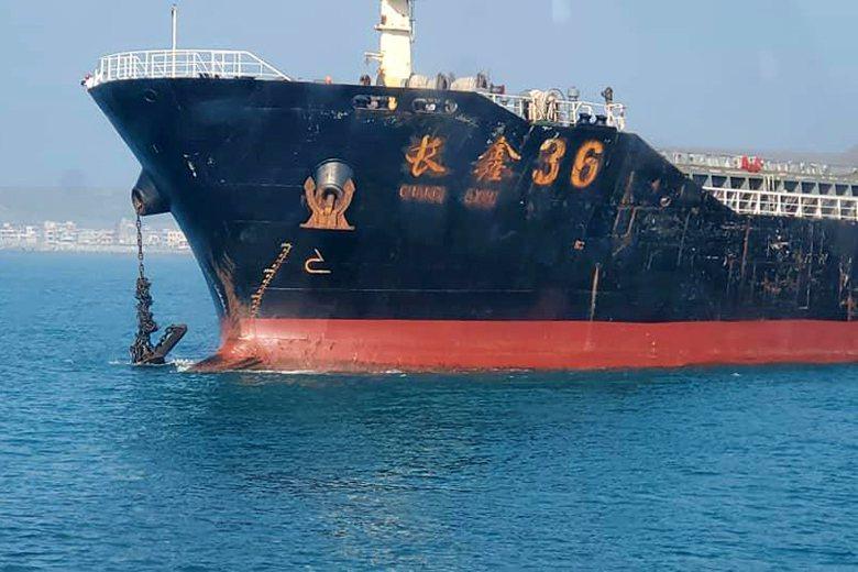 海巡人員移泊時,赫然發現「長鑫36號」的錨鍊已在強勁潮水裡打結了。取自楊姓分隊長臉書。 圖/取自楊姓分隊長臉書