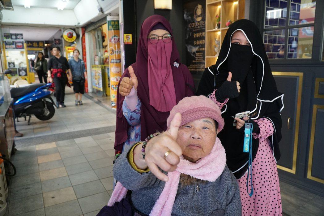 莉卡(左一)的直播裡常常有她照顧的阿嬤,阿嬤看到鏡頭會自動比讚。 (江婉琦/攝影...