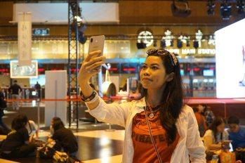 妮妮在台北車站大廳直播。 (江婉琦/攝影)