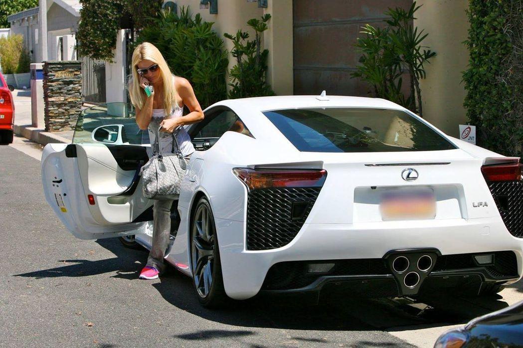 美國豪門名媛芭莉絲希爾頓(Paris Hilton)曾開過的LEXUS LFA近...