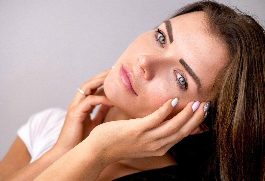 潔淨無瑕的面容,散發光采好氣色,是肌膚健康的最佳寫照。 圖/pixabay