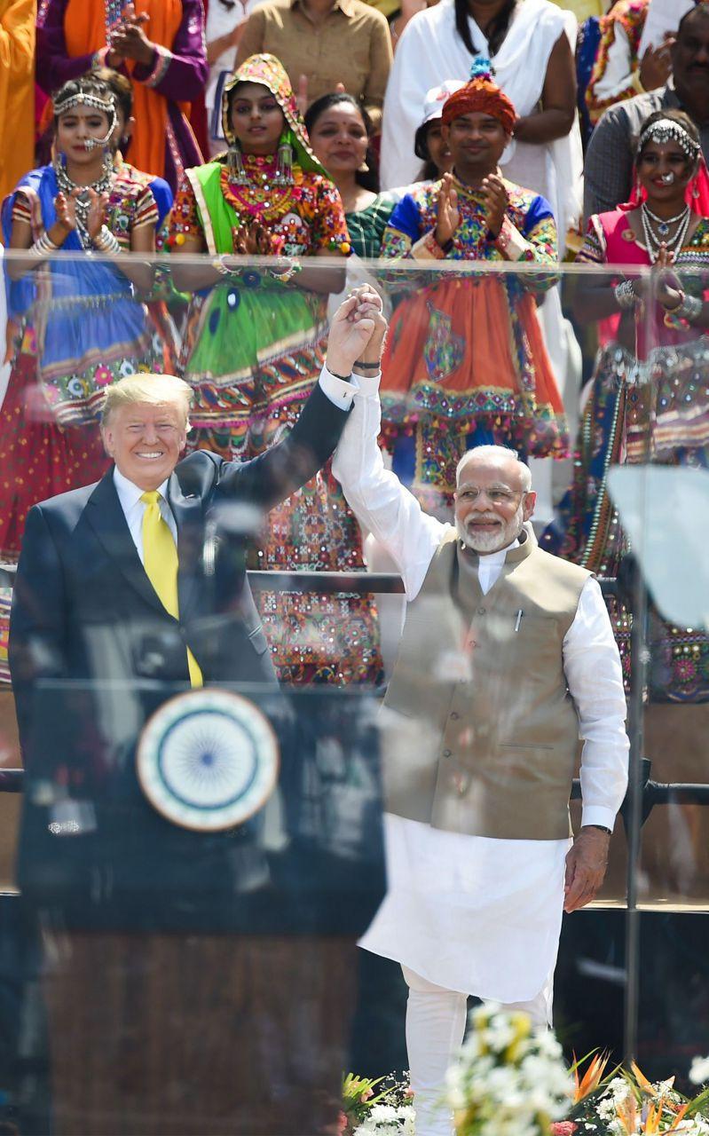 美國總統川普(左)廿四日抵達印度訪問,印度總理莫迪(右)在他的故鄉阿默達巴德動員十萬人到場歡迎川普。(法新社)
