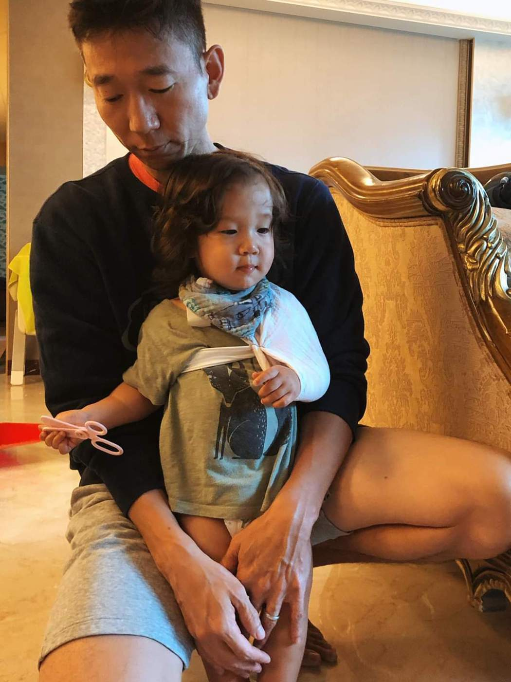 奧里鎖骨骨折綁上三角巾。圖/摘自臉書