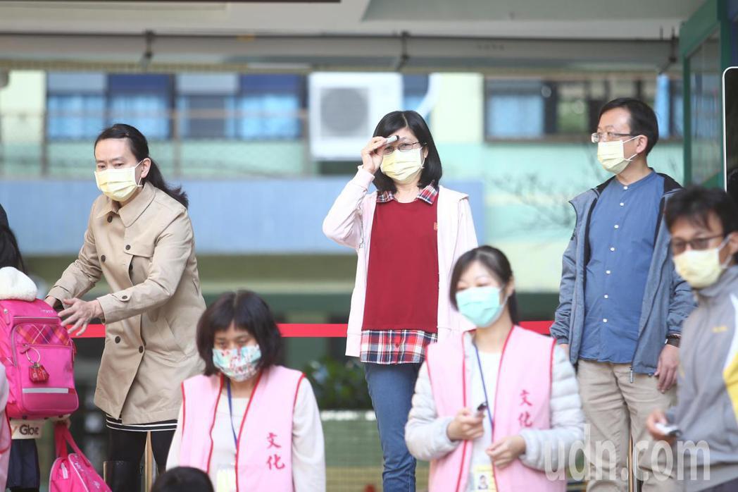 高中、國中、國小等各級學校學生今天正式開學,因應新冠肺炎疫情學生進校園需量測體溫...