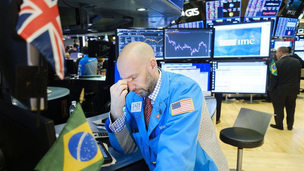 美股早該崩跌而未跌,昨天終於潰退。 (歐新社)
