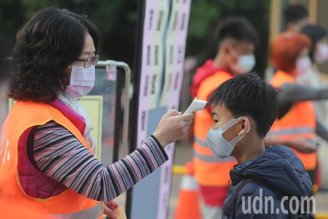 今天開學,到校師生均要量體溫確認身體狀況後才能進入校園。記者黃仲裕/攝影