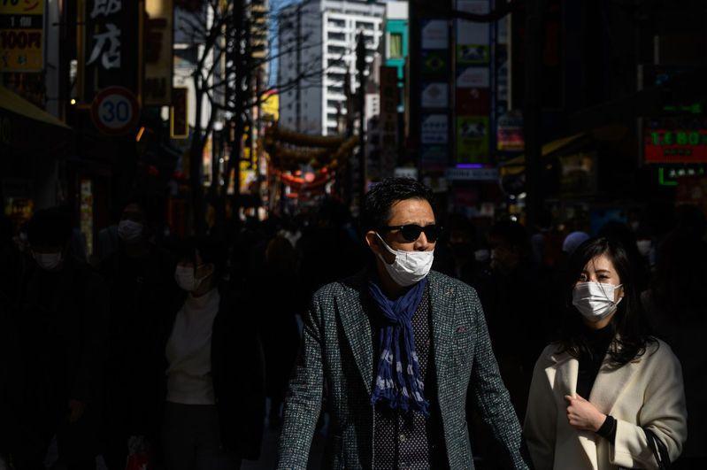日本文部省建議,若同一行政區域內的新冠肺炎疫情擴大,即使學校沒有感染者出現,仍應考慮全校或全班停課。圖為橫濱街上。法新社