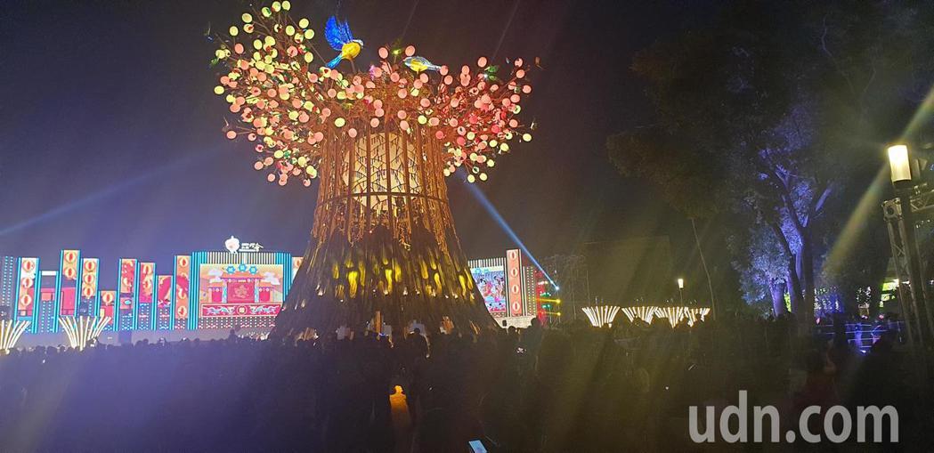 台灣燈會主燈光之樹,吸引很多遊客拍照。記者游振昇/攝影