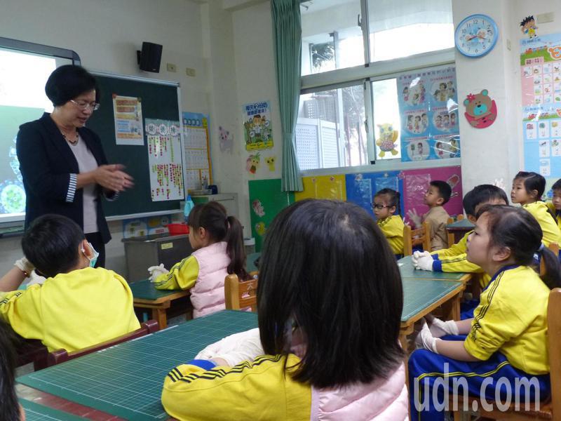 今天國中小學開學,彰化縣長王惠美到彰化市大成國小視察校園防疫整備情形,還到教室跟學生宣導防疫觀念。記者劉明岩/攝影
