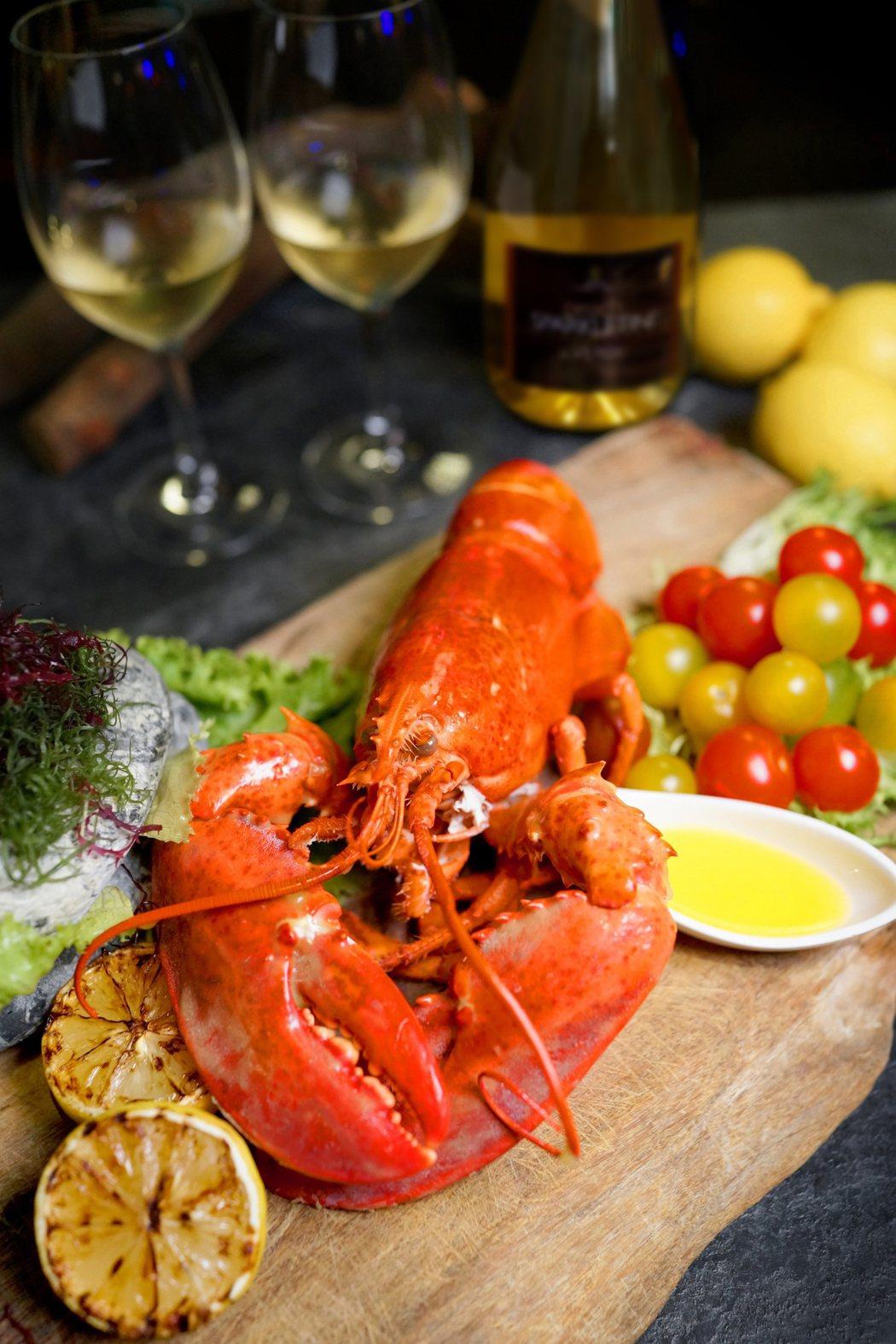 雲軒西餐廳加拿大活龍蝦龍蝦搭配繽紛沙拉吧。圖/君品酒店提供