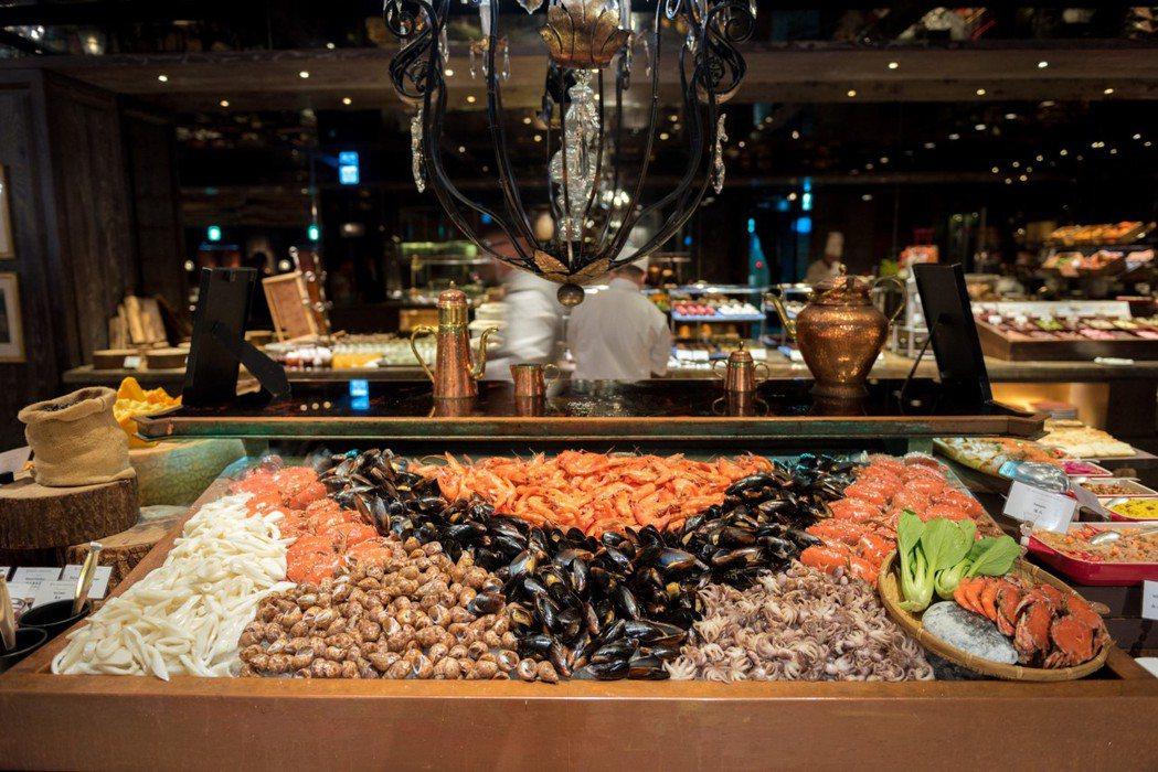 雲軒西餐廳繽紛沙拉吧海鮮餐檯。圖/君品酒店提供