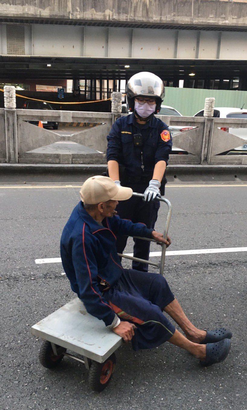 警方借板車將蔡姓男子推回家。記者林保光/翻攝