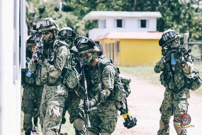 新冠肺炎(COVID-19)疫情肆虐,根據證實,經我與新加坡協商,暫停3月份星光部隊突擊營來台進訓恆春三軍聯訓基地的行動。這是新冠肺炎首度影響兩國軍事交流。圖為新加坡突擊部隊。圖/新加坡陸軍臉書粉絲專頁