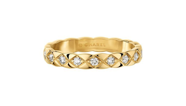 COCO CRUSH 18K黃金鑲鑽窄版戒指,10萬3,000元。圖/香奈兒提供