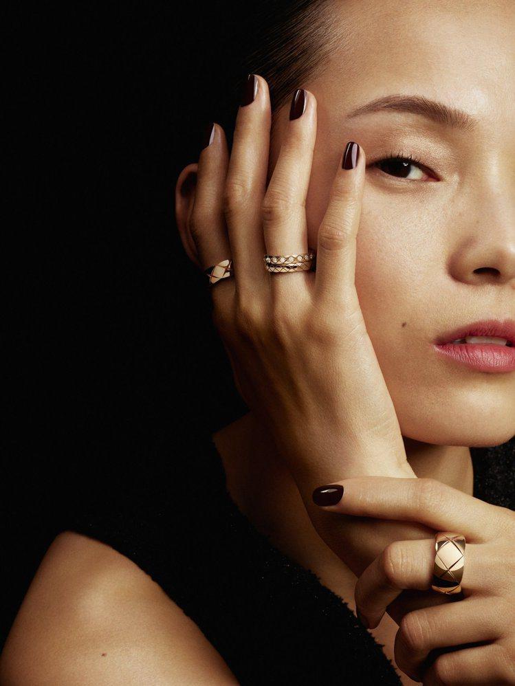COCO CRUSH系列推出全新窄版戒指,可與既有款式混搭配戴。圖/香奈兒提供