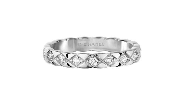COCO CRUSH 18K白金鑲鑽窄版戒指,10萬6,000元。圖/香奈兒提供