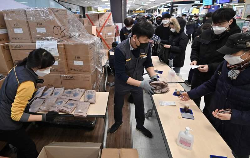南韓大邱市民25日為買口罩大排長龍,所幸供貨無慮。法新社