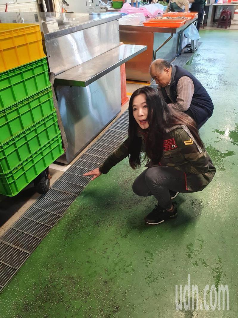 台北市環南市場中繼市場2月12日開始試營運,台北市議員應曉薇發現,試營運才十多天,因防滑、排水設計不佳,中繼市場成為滑壘場,攤商抱怨連連。記者楊正海/攝影