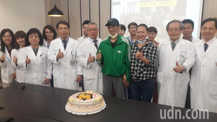 奇美醫學中心發表C型肝炎帶原者捐肝成功案例,患者兄妹感謝各方協助與神庇佑。 記者...