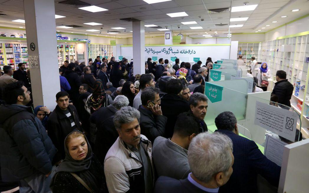 紐時報導,醫療用品短缺的伊朗,已成為全球防止新冠肺炎擴散的焦點。圖為德黑蘭市民1...