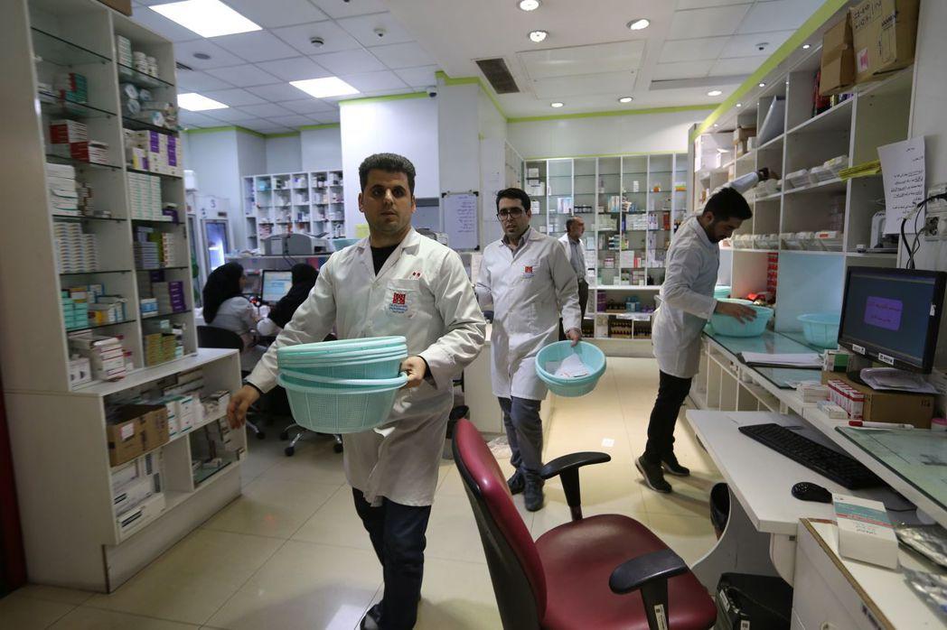 紐時報導,醫療用品短缺的伊朗,已成為全球防止新冠肺炎擴散的焦點。圖為德黑蘭市國營...