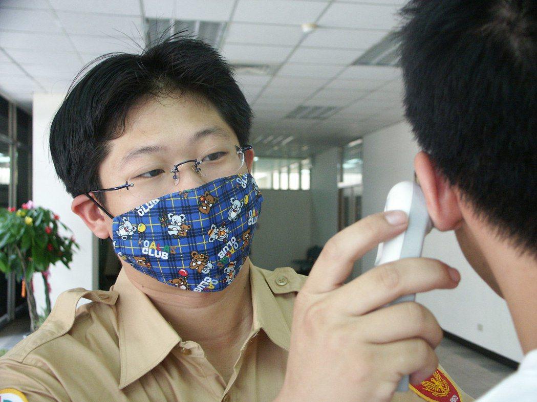 衛福部食藥署長吳秀梅表示,根據食藥署的研究,布口罩中層只要有不織布等適當的材質,...