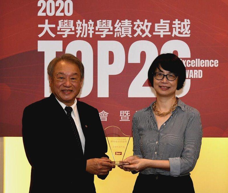 Cheers雜誌社長劉鳳珍(右)頒發2020大學辦學績效卓越獎給正修科大校長龔瑞璋(左)。圖/正修科技大學提供