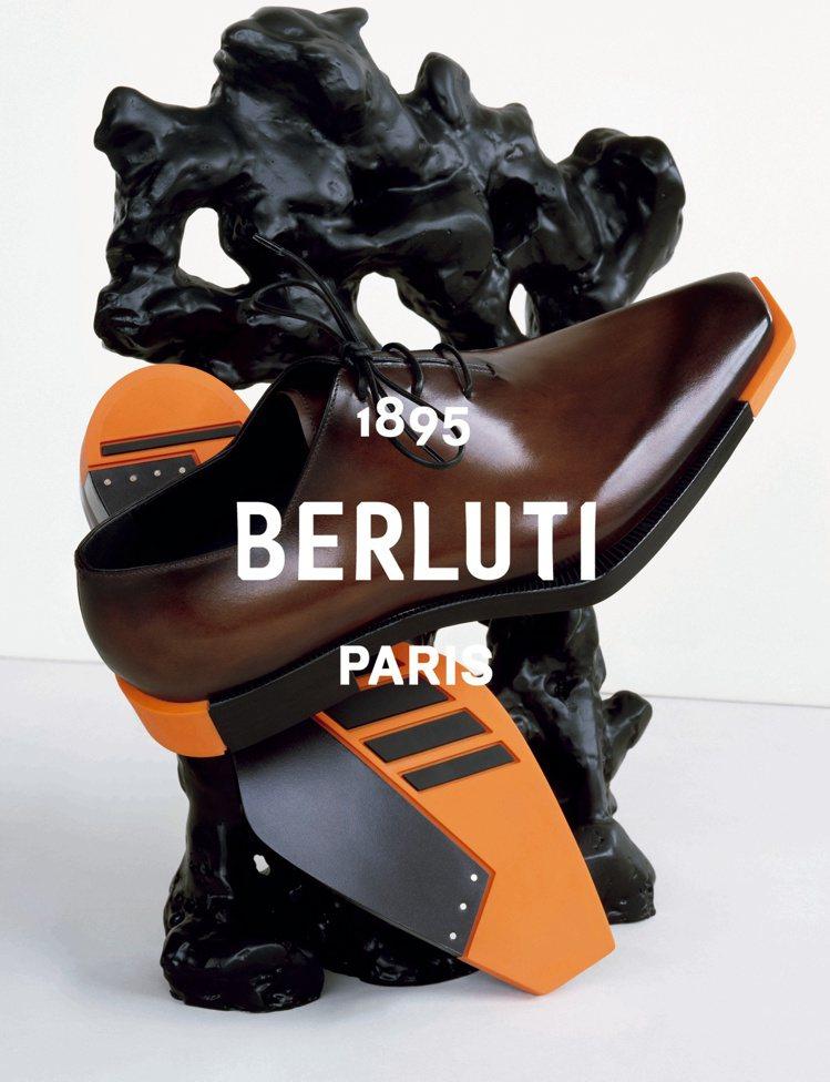 2020夏季Berluti的新款Alessandro Edge皮鞋,在鞋底飾以亮...