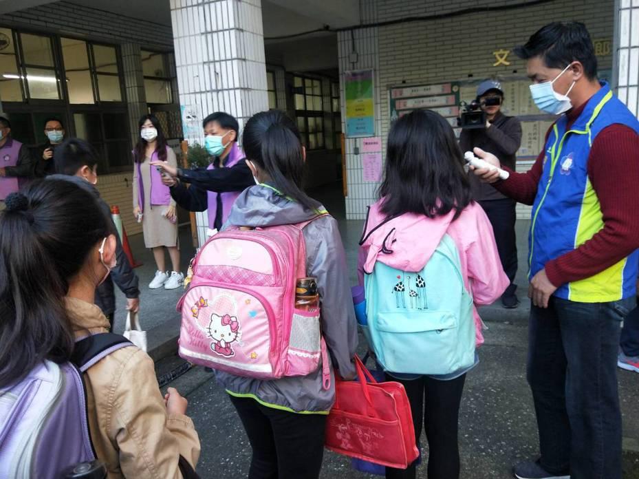 基隆全市共有33學生發燒,31人請假、2人被學校量出家長帶回就醫。記者游明煌/攝影