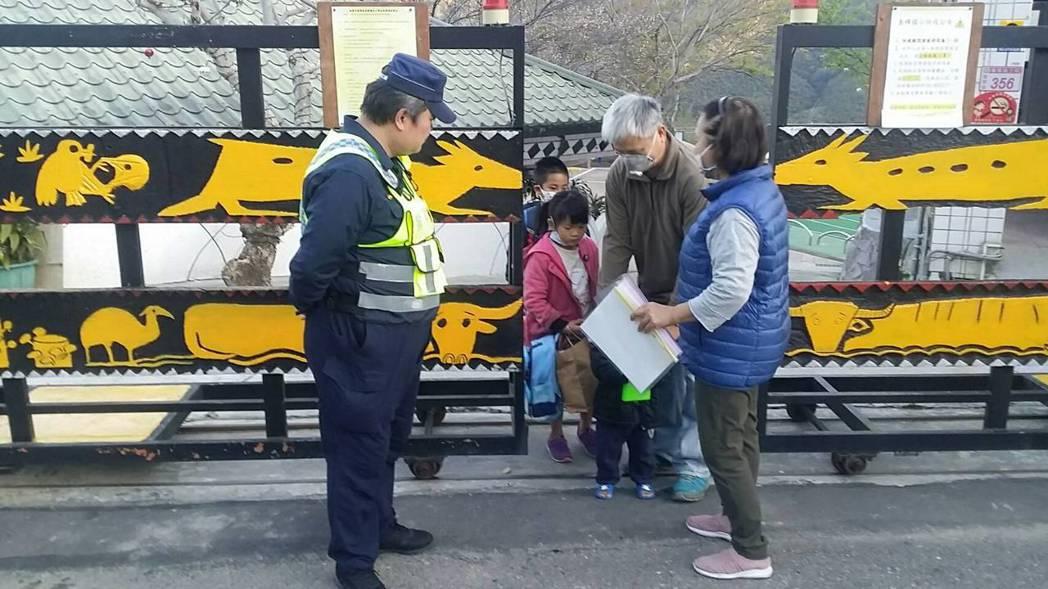 學生們進學校都被要求戴口罩、量額溫。圖/桃園市大溪警分局提供