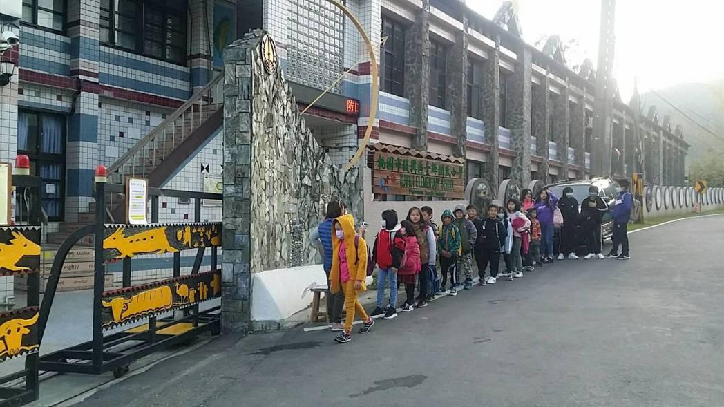 桃園市復興區山地學校學生很有秩序地排隊進學校。圖/桃園市大溪警分局提供