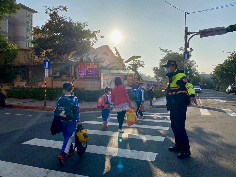 新莊警方派出警力維護校園周遭道路交通,確保孩童上下學安全。記者巫鴻瑋/翻攝