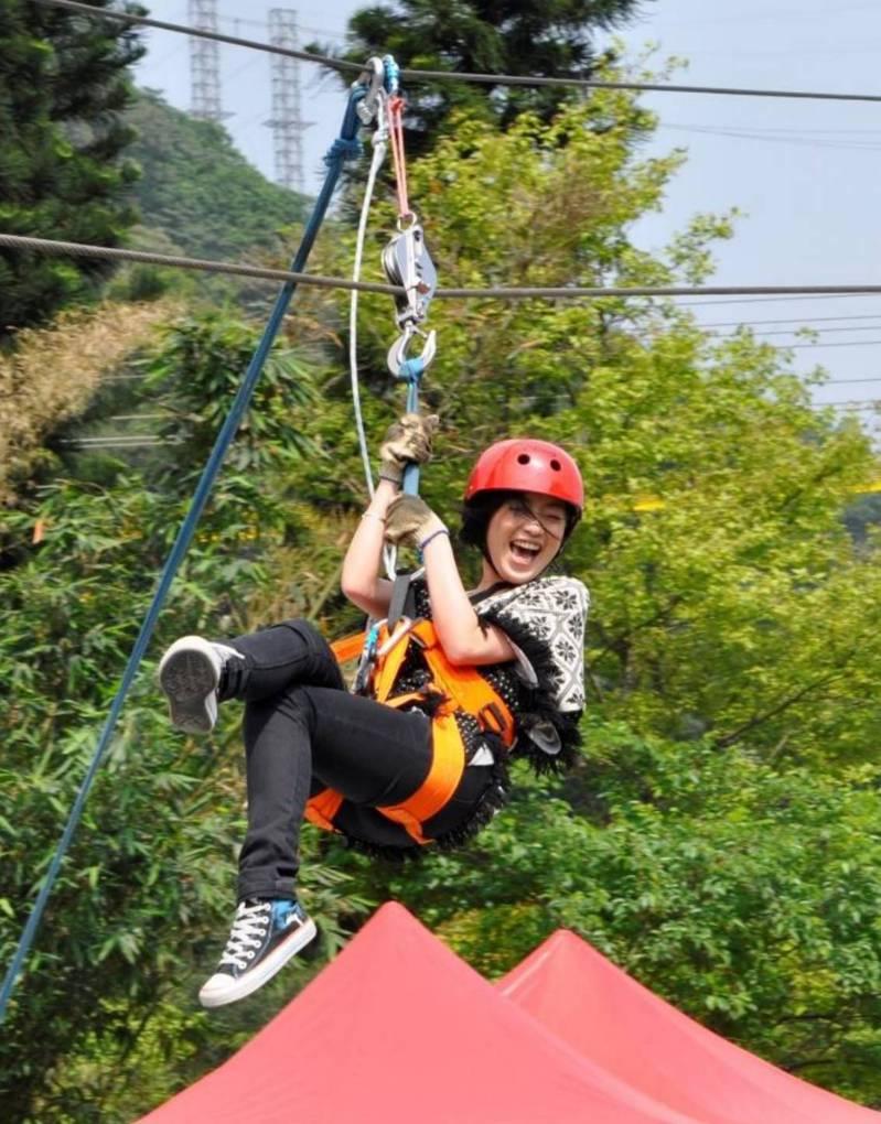 宜蘭綠博活動不停辦也不暫停收費,勇闖綠世界的走繩滑降,刺激好玩。圖/縣府提供