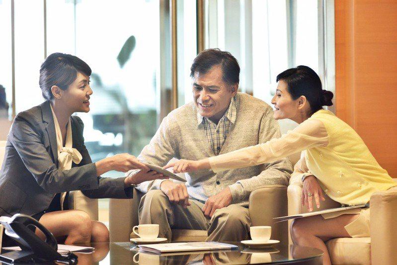 南山人壽首度推出以短期照顧保障為主的商品「南山人壽骨得康護短期照護終身保險」及「南山人壽優樂康護短期照顧終身健康保險」。 圖/南山人壽提供