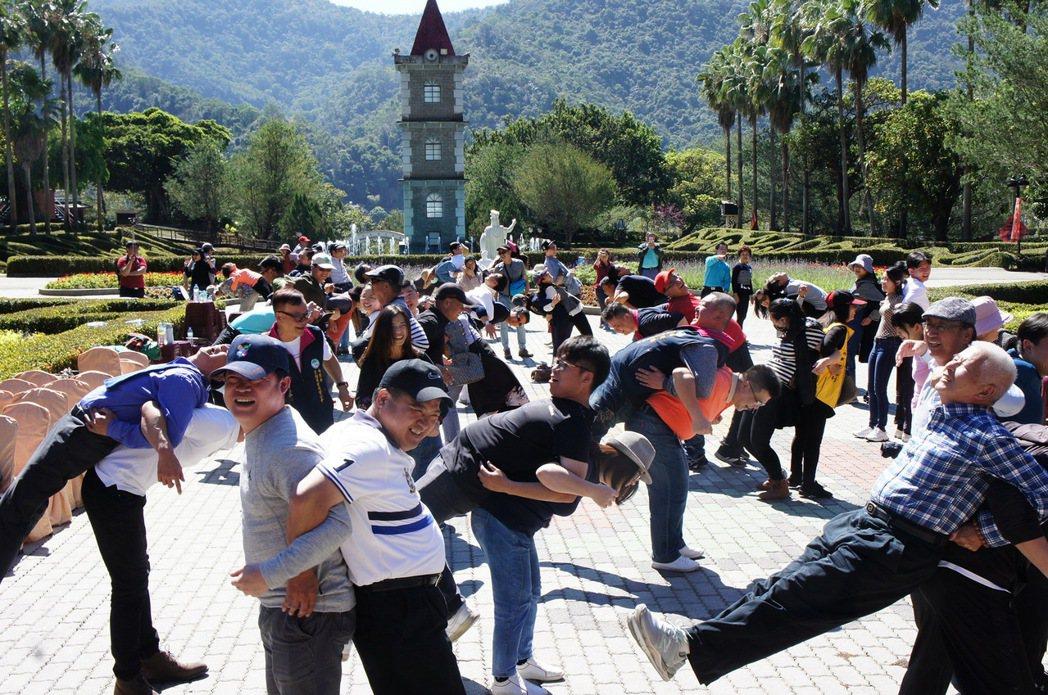 南投縣200多家觀光業者齊聚泰雅度假村,一起為自己打氣,期待疫情振興紓困特別條例...