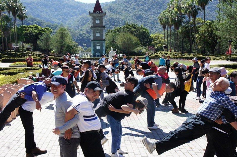 南投縣200多家觀光業者齊聚泰雅度假村,一起為自己打氣,期待疫情振興紓困特別條例早日上路。記者黑中亮/攝影