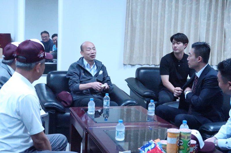 高雄市長韓國瑜(中)感謝韓國職棒英雄隊團長金致現(右二),帶隊到高雄春訓,帶動高雄運動產業。記者徐如宜/攝影