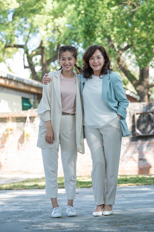 恬妞(右)與方志友在「粉紅色時光」中飾演母女。圖/TVBS提供