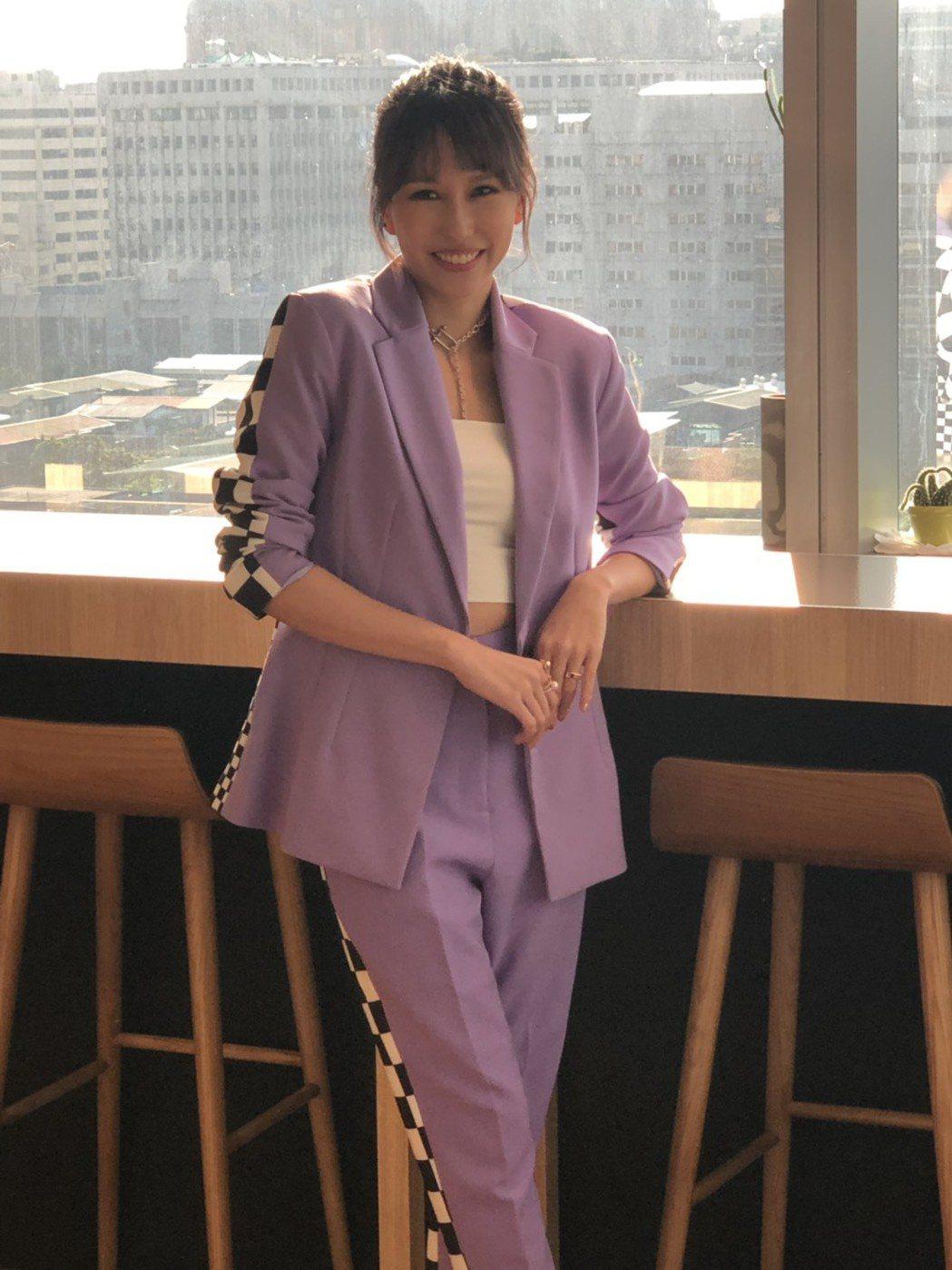 新加坡歌手潘嘉麗25日以新嫁娘身分和台灣媒體分享喜訊。記者許晉榮/攝影