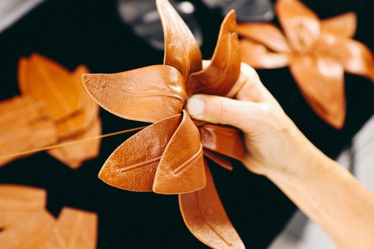 LILIUM系列揉合了70年代風格,並由義大利工匠用皮革層層堆疊縫製,打造出特大...